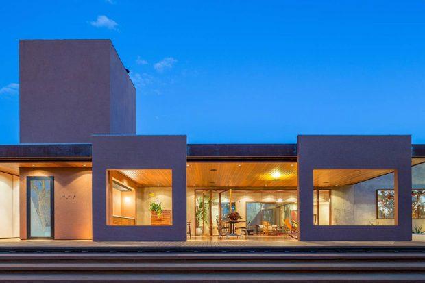 บ้านโมเดิร์นผนังคอนกรีตเจาะช่องแสงขนาดใหญ่