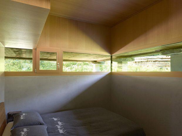 ช่องแสงแนวนอนรอบห้องนำความสว่างเข้าสู่ภายใน