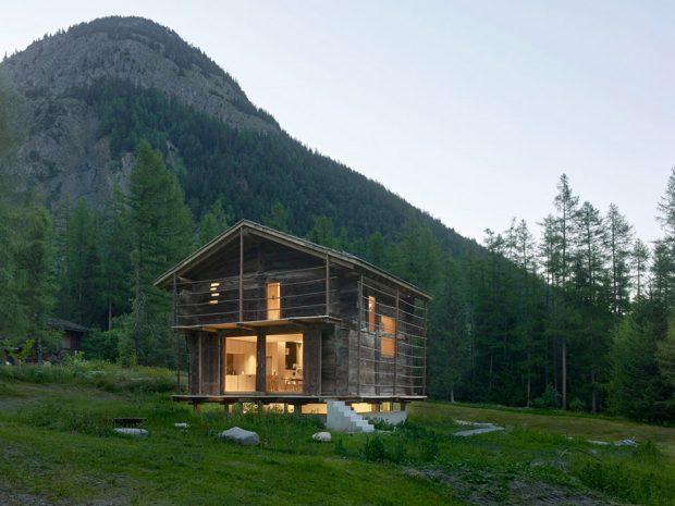 บ้านสองชั้นท่ามกลางธรรมชาติยามค่ำ