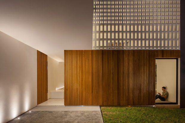 หน้าบ้านชั้นล่างตกแต่งด้วยไม้
