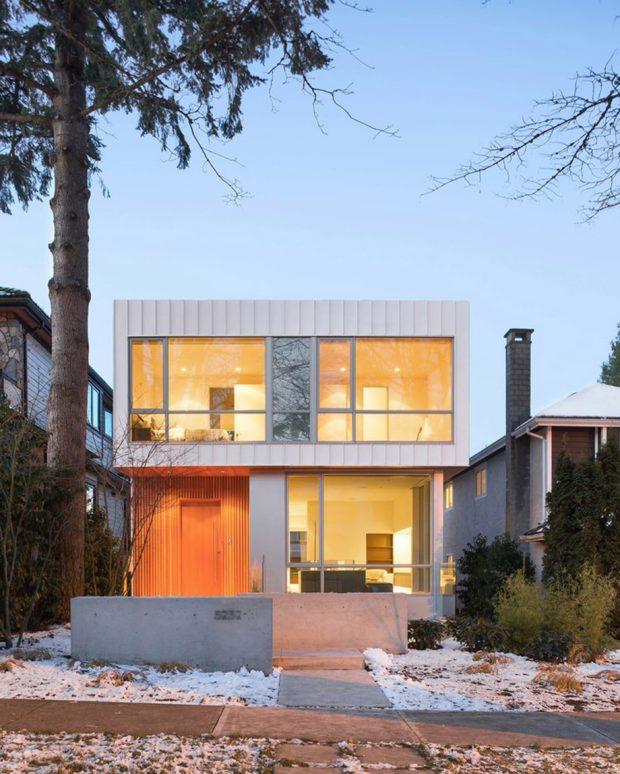 บ้านสองชั้นผนังเหล็กสีขาวติดกระจก
