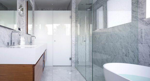 ห้องน้ำผนังหินอ่อนตกแต่งกระจก