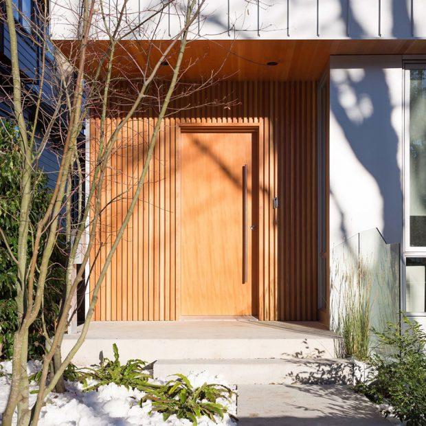 ประตูหน้าบ้านชั้นล่างทำจากไม้