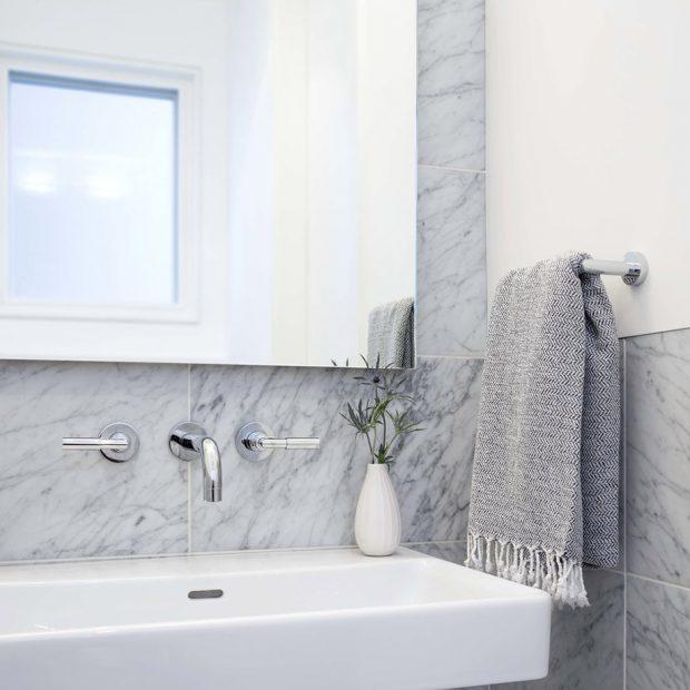 ห้องน้ำตกแต่งหินอ่อนสลับสีขาว