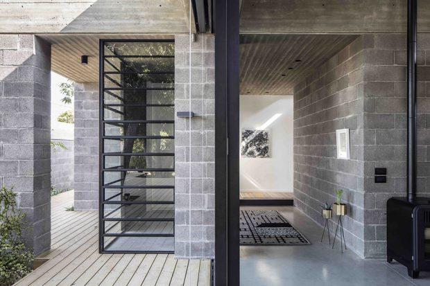 ผนังกระจกและช่องเปิดทำให้บ้านดูกว้าง