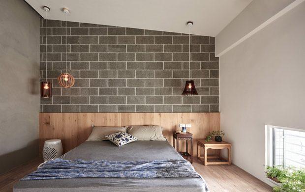 ห้องนอนใช้อิฐบล็อคตีทับด้วยไม้บริเวณหัวนอน