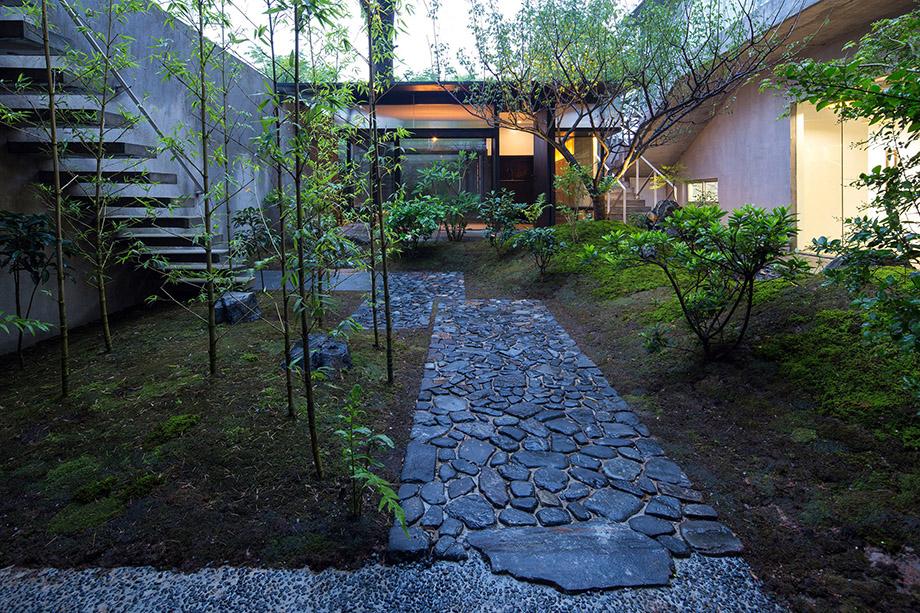 ทางเข้าสวนปูด้วยหิน