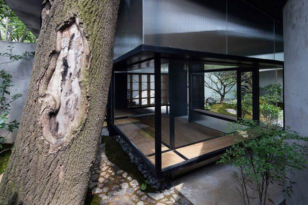 ห้องผนังกระจกเปิดกว้างรับความสดชื่นจากสวน