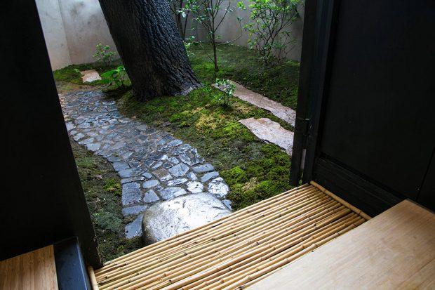 ทางเดินในสวนปูด้วยแผ่นหินธรรมชาติ