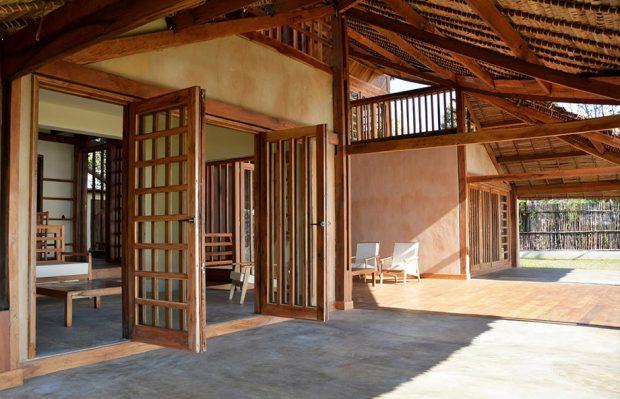 ประตูบ้านไม้เปิดออกได้กว้าง