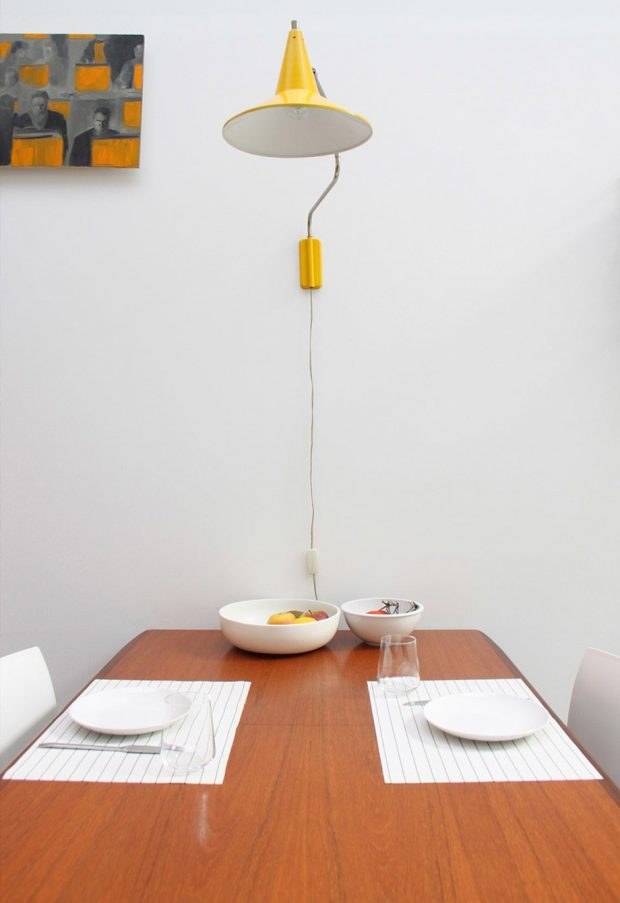 โต๊ะทานข้าวไม้แบบเรียบ ๆ