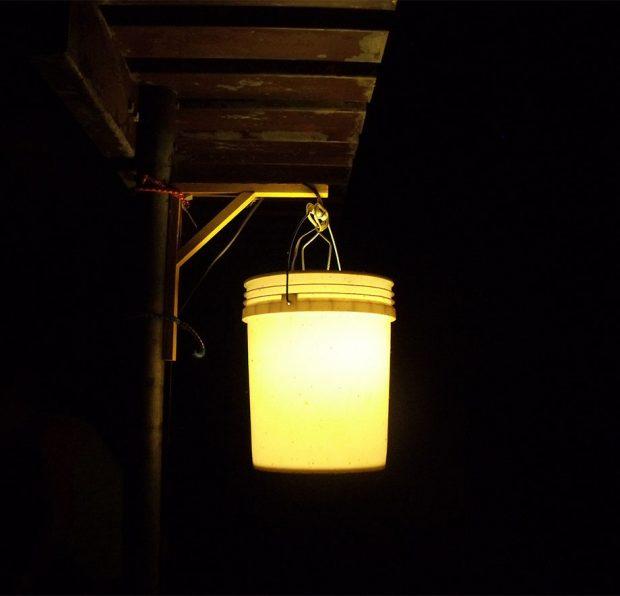 โคมไฟแขวนทำจากถังขนาด 5 แกลลอน