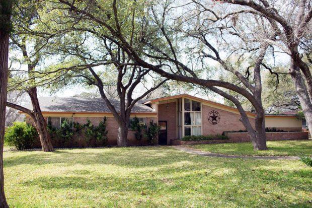 บ้าน midcentury ก่อนปรับปรุง