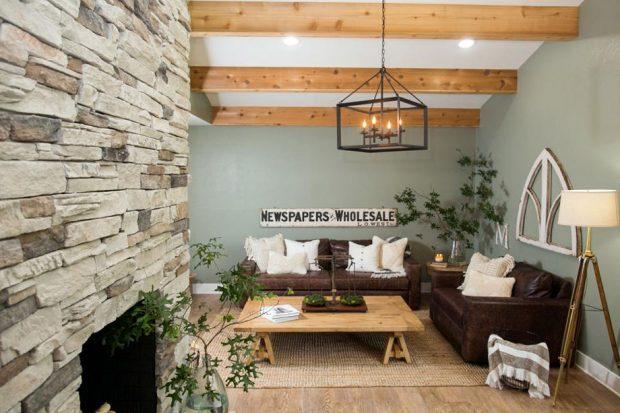 ห้องนั่งเล่นอบอุ่นด้วยโซฟาหนัง ไม้ และแสงไฟ