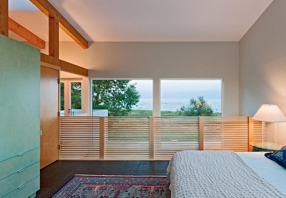 ห้องนอนผนังกระจกตกแต่งไม้ระแนง