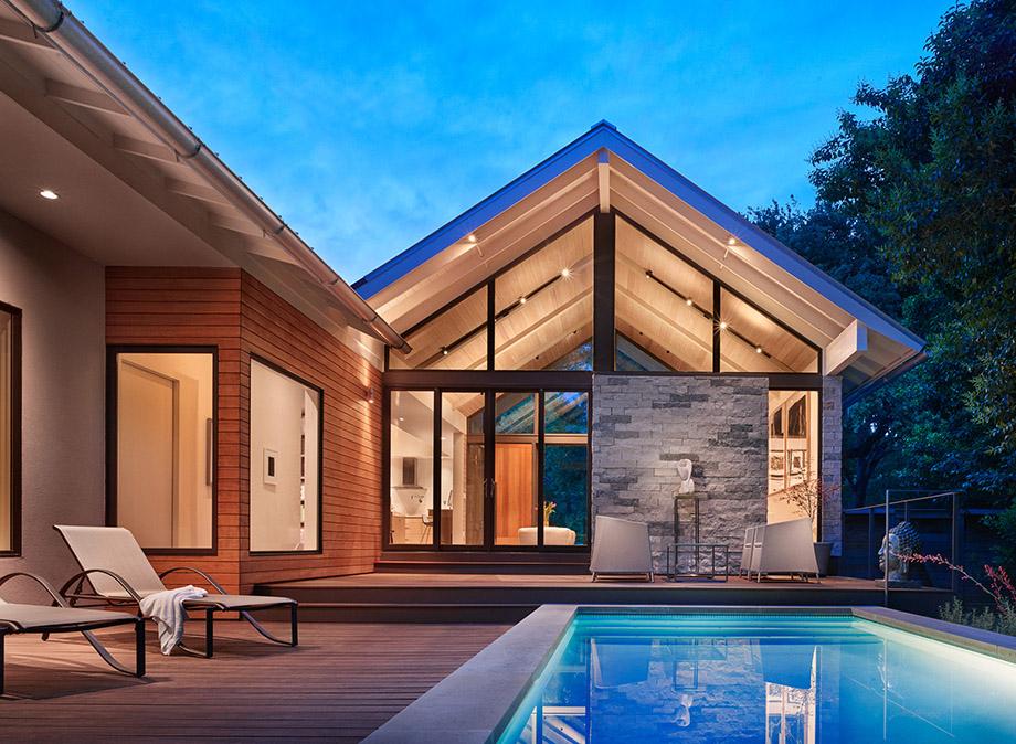 บ้านหน้าจั่วสวย ๆ ยามค่ำ