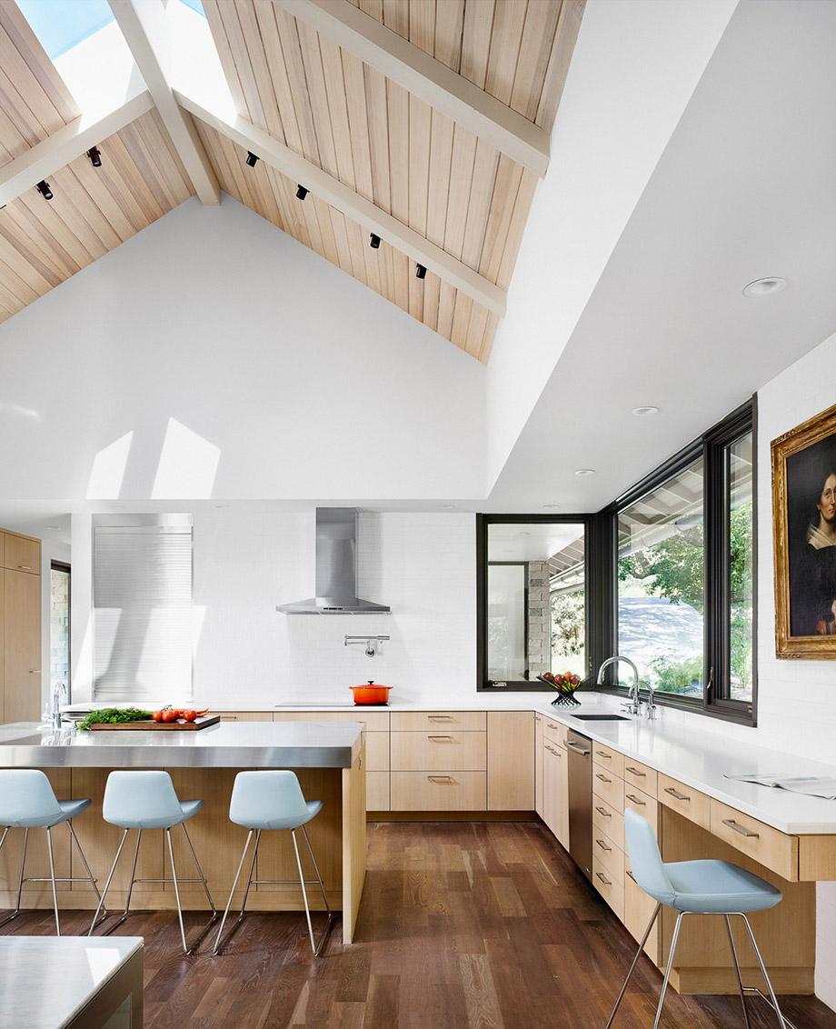 ห้องครัวบรรยากาศอบอุ่นสีขาวตกแต่งงานไม้