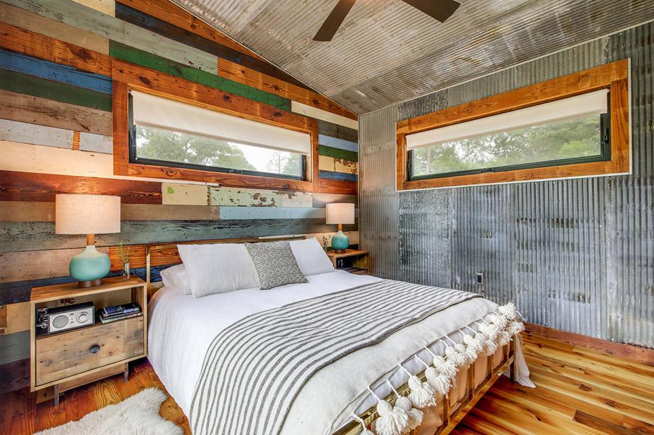 ห้องนอนตกแต่งไม้ทำสีเก่า