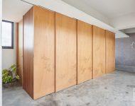 ตู้บานไม้ซ่อนห้องน้ำไว้ด้านหลัง