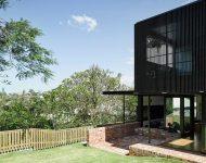 บ้านฟาซาดไม้ระแนงสีดำ