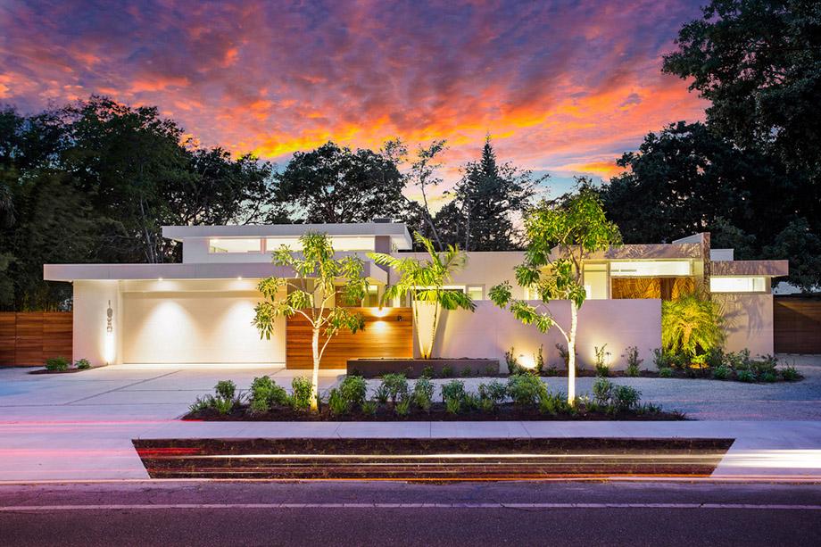 บ้านโมเดิร์นสวยด้วยแสงไฟยามค่ำ