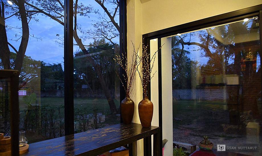 ผนังกระจกมองเห็นวิวสวย ๆ รอบบ้าน