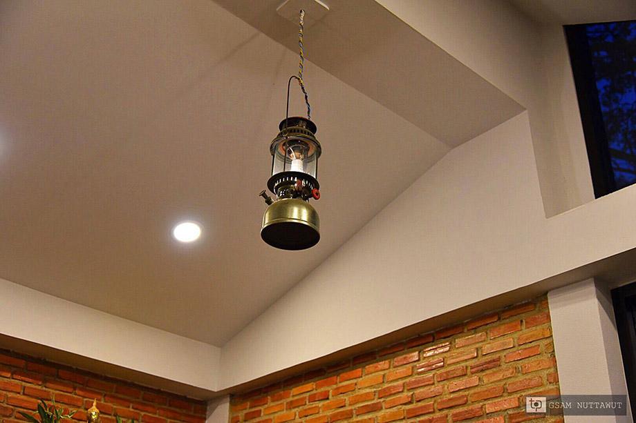 เพดานตกแต่งด้วยตะเกียงเก่า