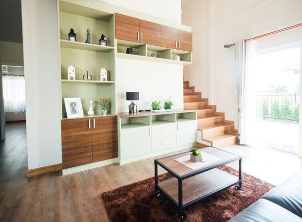 ห้องนั่งเล่นโถงสูงในแบบบ้าน simply