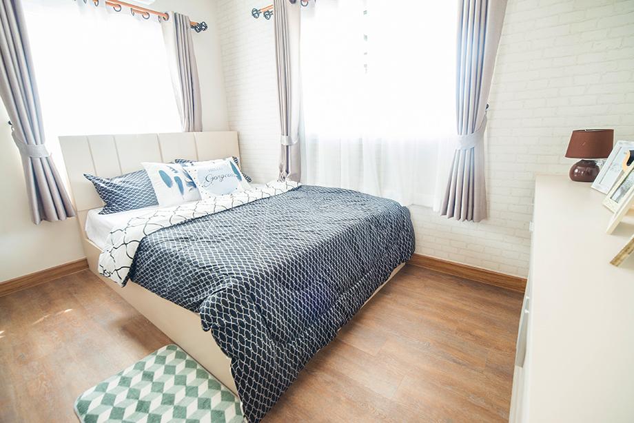 ห้องนอนปูพื้นด้วยลามิเนตลายไม้