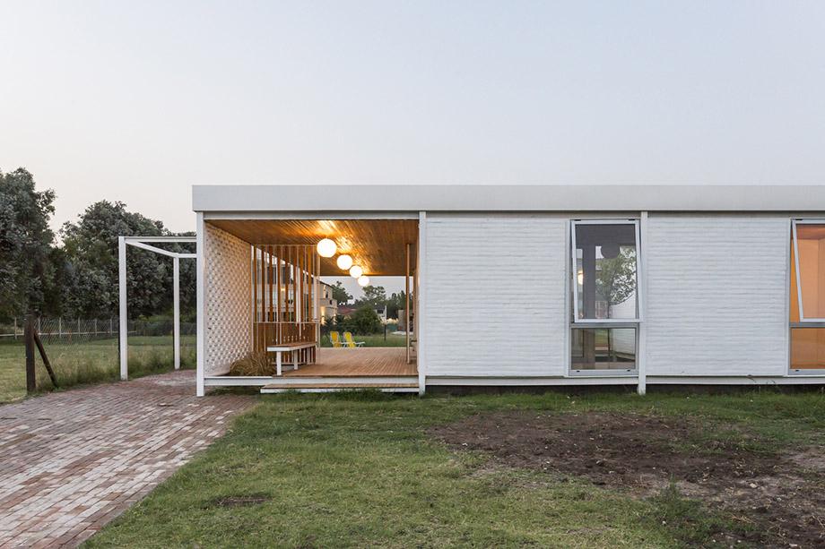 บ้านรูปร่างสี่เหลี่ยมล้อมคอร์ทตรงกลาง