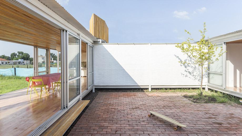 ผนังกระจกเชื่อมบ้านและสวน