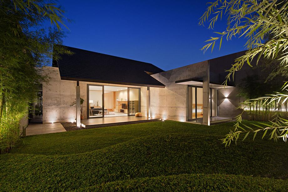 บ้านคอนกรีตสว่างไสวในยามค่ำ