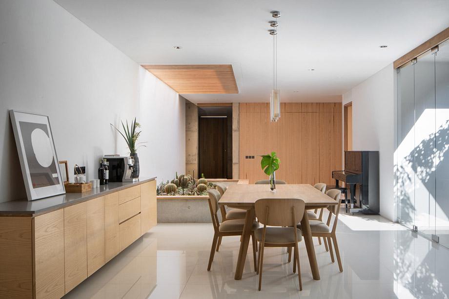 ห้องทานอาหารโปร่งสว่างและสดชื่น