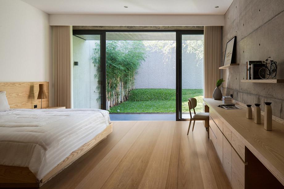 ห้องนอนมีประตูกระจกเชื่อมต่อสวน