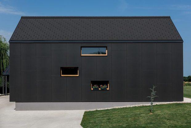 ผนังบ้านสีดำ