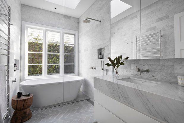 ห้องน้ำโปร่ง ๆ สีขาว