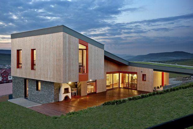 บ้านต่างระดับมีลานกลางแจ้ง