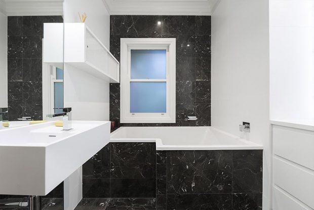 ห้องน้ำสีขาว-ดำ