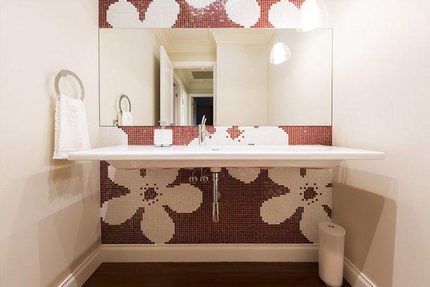 ปูกระบื้องห้องน้ำเป็นลายดอก