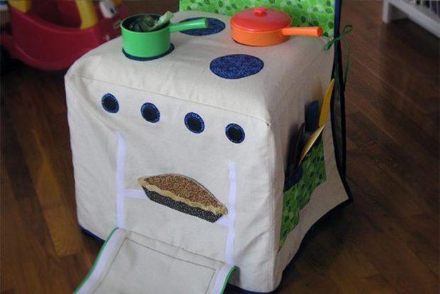 ผ้าคลุมเก้าอี้เป็นเตาของเล่น