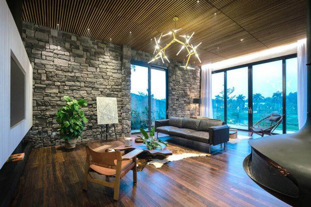 ห้องนั่งเล่นพื้นไม้ผนังตกแต่งหิน