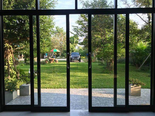 ผนังกระจกเปิดออกสู่สวน