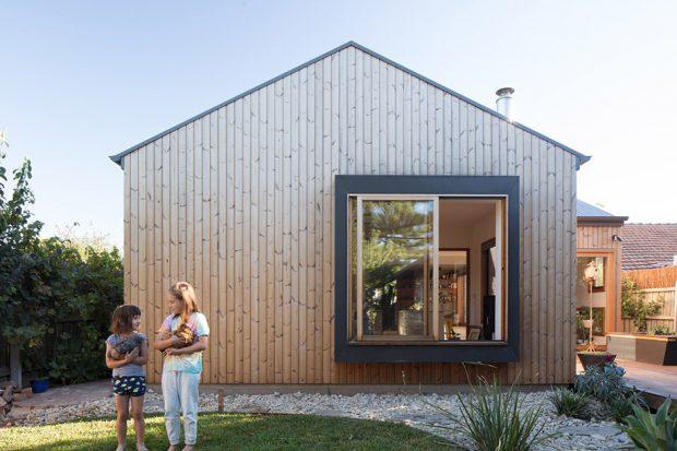บ้านผนังไม้ ช่องหน้าต่างขนาดใหญ่