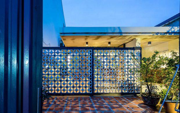 ประตูบ้านทำจากบล็อกช่องลม