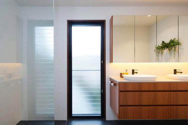 หน้าต่างบานเกล็ดในห้องน้ำ