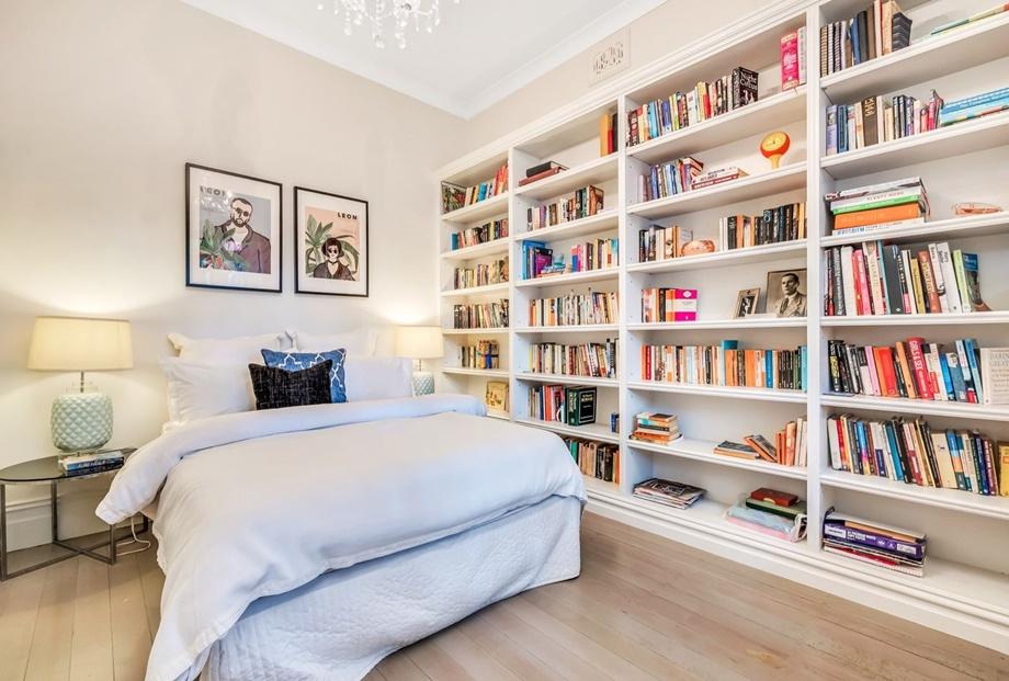 ชั้นเก็บหนังสือในห้องนอน