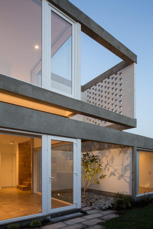 บ้านผนังกระจกโปร่งสว่าง