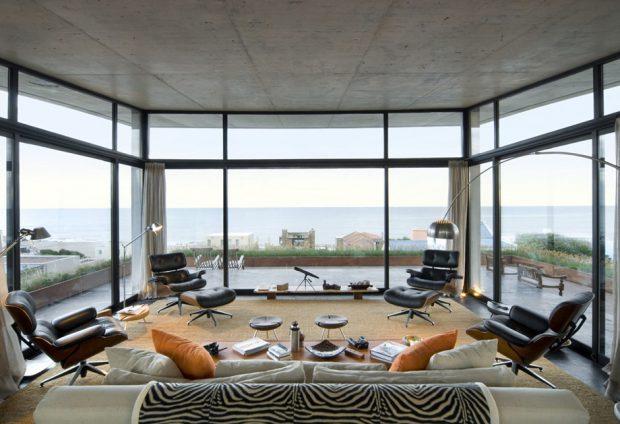 ห้องนั่งเล่นมองเห็นวิวทะเล