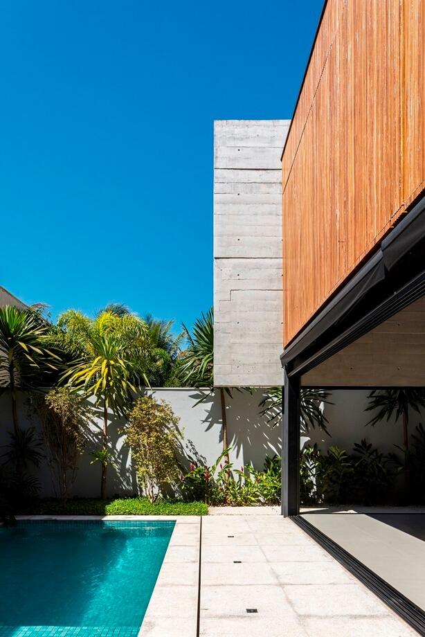 สระว่ายน้ำข้าง ๆ บ้าน