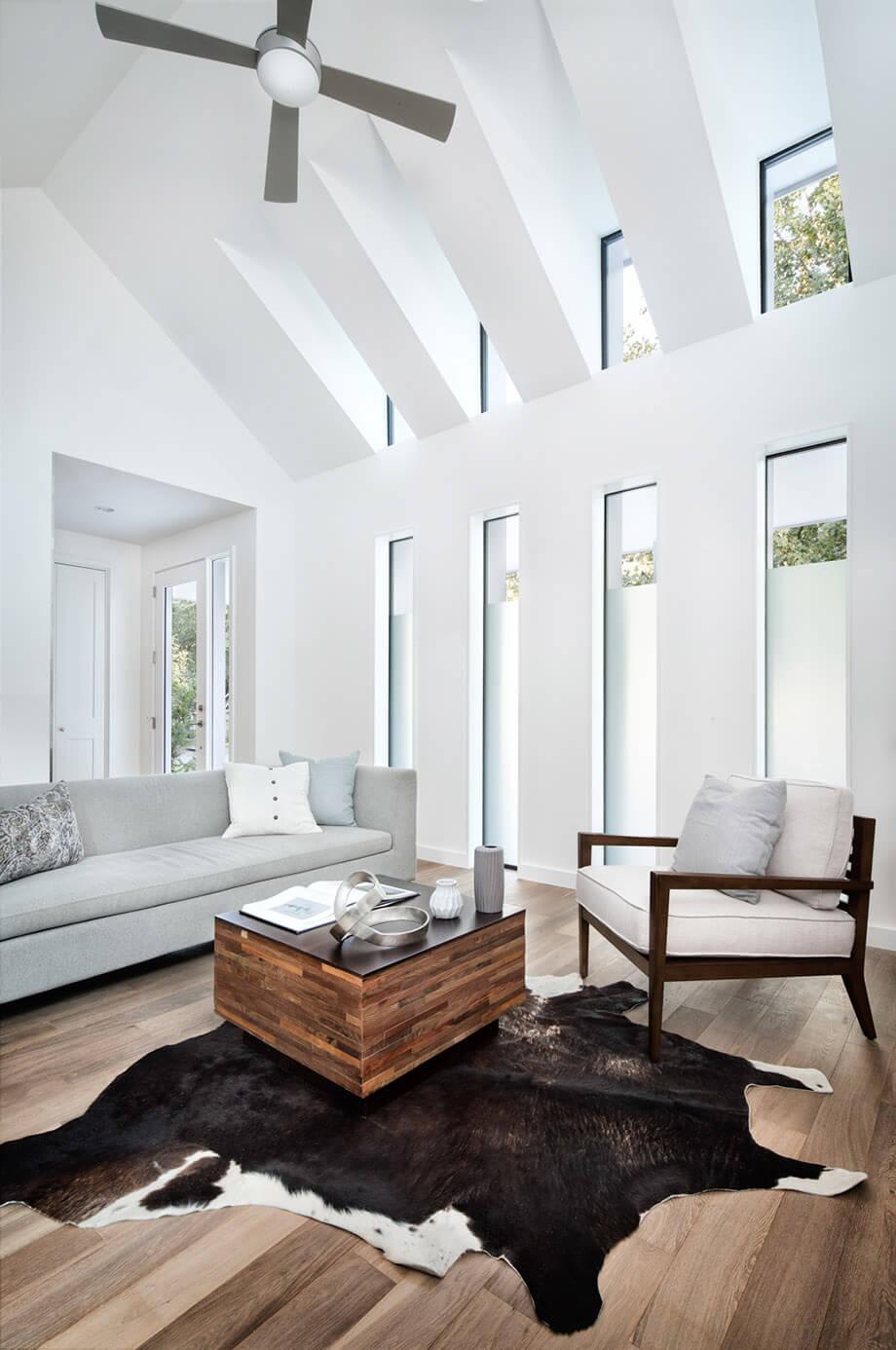 ห้องนั่งเล่นเพดานสูง